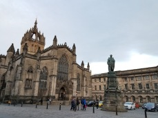 Statue of Walter Scott and St Giles' Cathedral