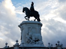 The statue in the middle of Praça do Comércio is a monument to King José I. It was designed by Joaquim Machado de Castro, Portugal's foremost sculptor of the time, and was dedicated in 1775.